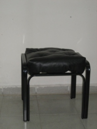 Тапицирана черна табуретка